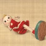 横たわる人形